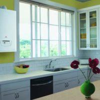 Lavabo au lieu du rebord de la fenêtre dans la cuisine d'une maison de campagne