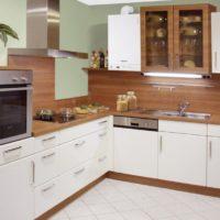 Chaudière à gaz avec un corps blanc dans la cuisine d'un appartement en ville