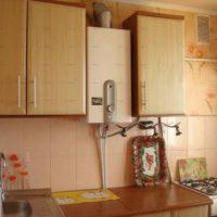 Chaudière à gaz dans un logement beige