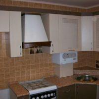 Chaudière à gaz partiellement fermée à l'intérieur de la cuisine