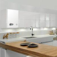 Intérieur de cuisine blanc avec chauffe-eau à gaz