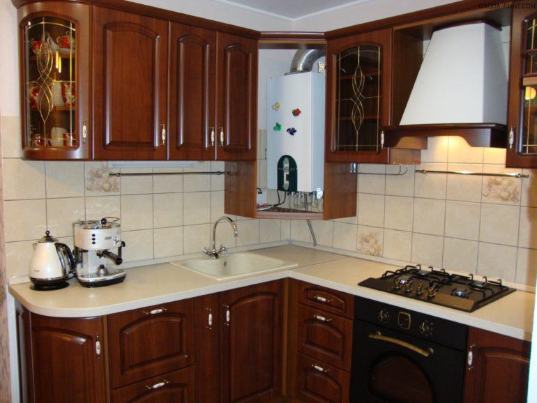 Placer une chaudière à gaz dans le coin des murs de la cuisine