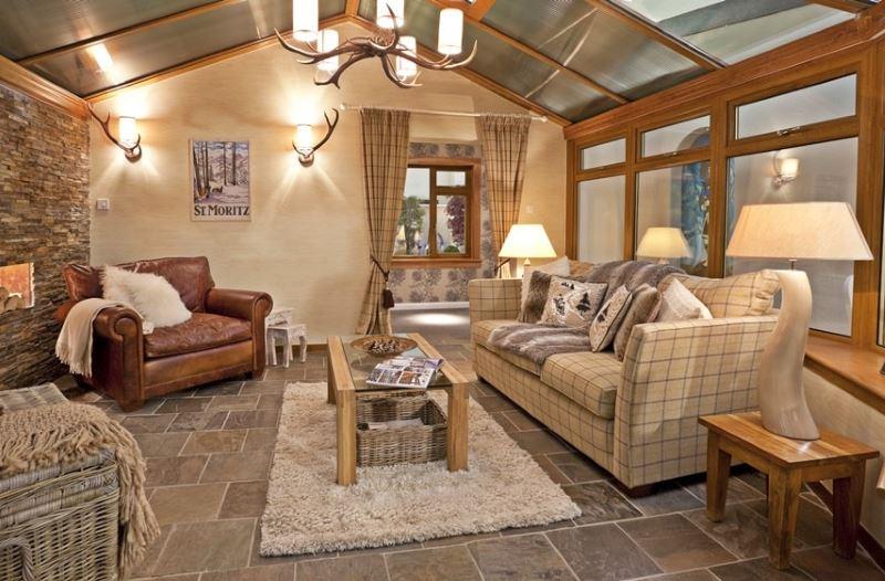 Lauku mājas viesistabā keramikas grīda
