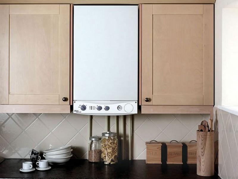 La combinaison d'une chaudière à gaz blanche avec des façades crème de la cuisine
