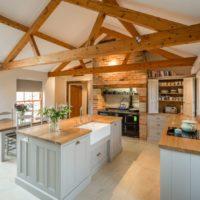 Poutres en bois à l'intérieur de la cuisine d'une maison privée