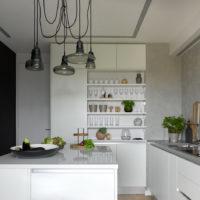 Petite cuisine aux façades blanches