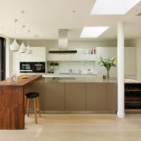 Comptoir de bar en bois massif dans la cuisine d'une maison privée
