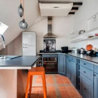Carreaux de céramique sur le sol de la cuisine dans le grenier