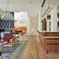 L'intérieur de la cuisine d'une maison privée dans un style mixte
