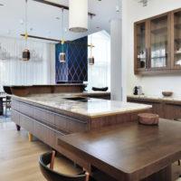 Plan de travail en marbre dans la zone de travail de la cuisine