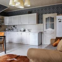 Cuisine-salon dans une maison de campagne