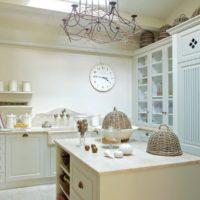 Couleur blanche dans la conception de l'espace de cuisine