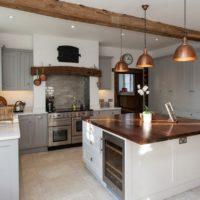 Lampes avec des nuances de cuivre à l'intérieur de la cuisine