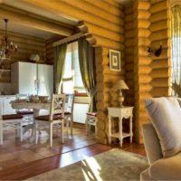 Cuisine-salon dans une maison en rondins