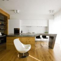 Fenêtres panoramiques dans la cuisine spacieuse d'une maison privée