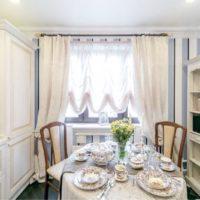Réglage de la table à manger dans une petite cuisine d'une maison privée