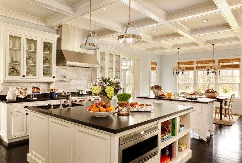 Conception d'une cuisine lumineuse d'une maison rurale avec des poutres en relief au plafond