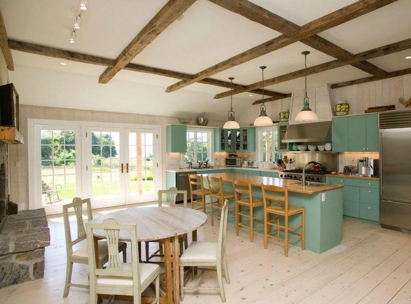 Poutres en bois sur le plafond blanc d'une cuisine privée