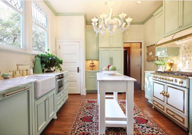 Paklājs uz parketa grīdas klasiskā dizaina virtuvē