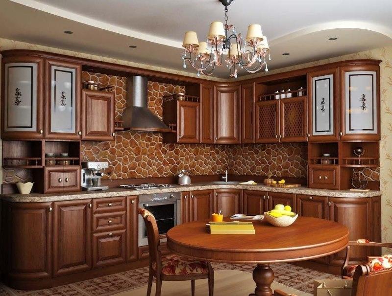Klasiskā stila virtuves interjers ar dabīgā koka komplektu