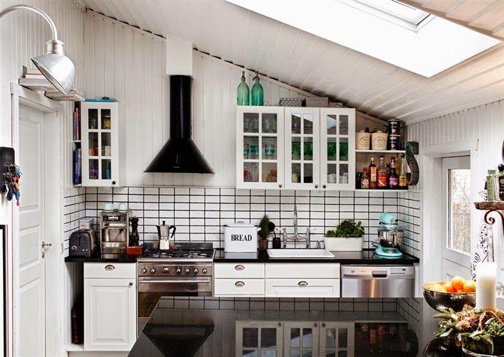 L'intérieur de la cuisine dans le grenier d'une maison de campagne