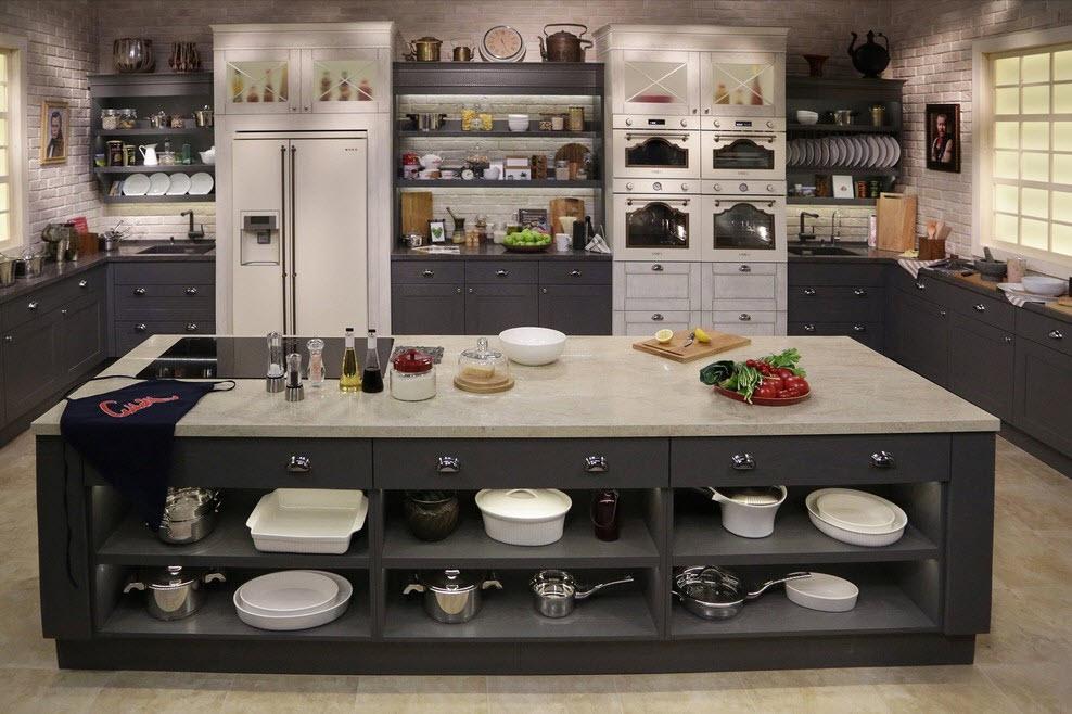 Îlot de cuisine avec étagères pour ranger la vaisselle