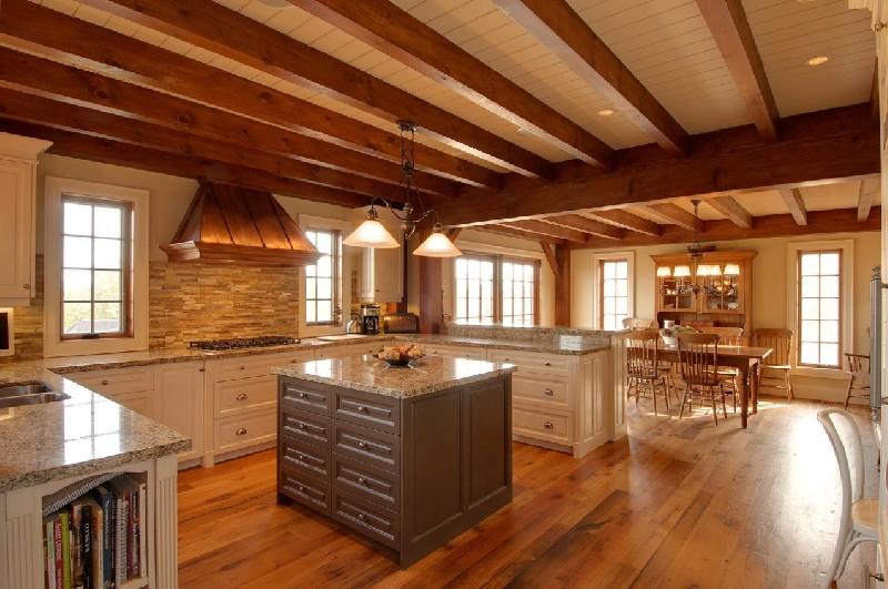 Koka sijas uz griestiem vācu stila virtuvē-viesistabā
