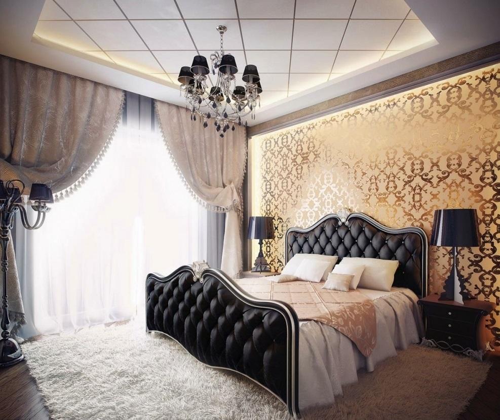 Zidna dekoracija u spavaćoj sobi sa zlatnim printom tapeta