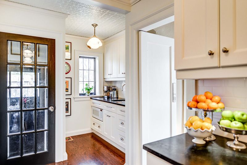 Conception d'une petite cuisine lumineuse dans une maison de campagne