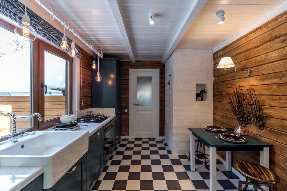 Placer les appareils de cuisine et les éviers dans une rangée dans la cuisine d'une maison de campagne
