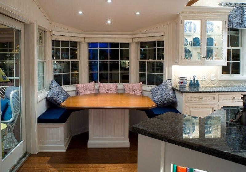 La conception de la salle à manger dans le style classique dans la cuisine d'une maison de campagne