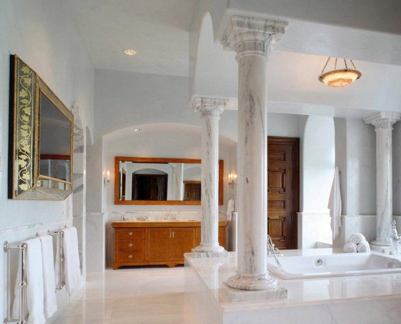 Klasiskas marmora kolonnas mūsdienīgā interjerā