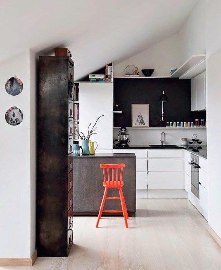 L'intérieur de la cuisine mansardée dans le grenier d'une maison privée