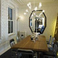 Ķieģeļu sienas virtuves ēdamistabas zonā