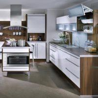 Mēbeļu komplekts ar baltām fasādēm virtuvē minimālisma stilā