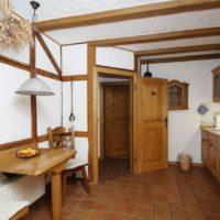 Koka sijas uz viesistabas sienas un griestiem