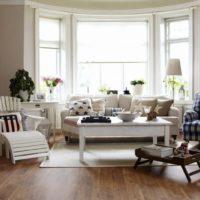 Balta krāsa viesistabas dizainā