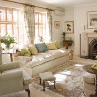 Dzīvojamā istaba ar kamīnu gaišās krāsās