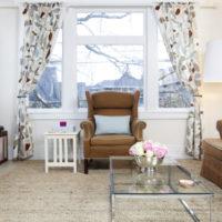 Baltas un brūnas krāsas kombinācija viesistabas interjerā