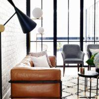 Brūns ādas mīkstais dīvāns