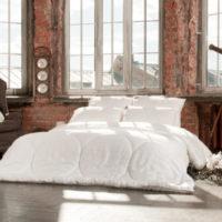 Balta gulta industriāla stila guļamistabā
