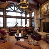 Privātmājas viesistaba ar augstiem griestiem