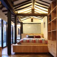Koka konstrukcijas guļamistabas interjerā