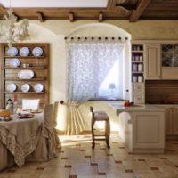 Koka plaukti traukiem virtuves interjerā