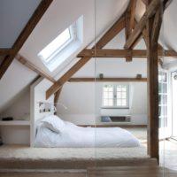 Balta guļamistaba vācu mājas bēniņos