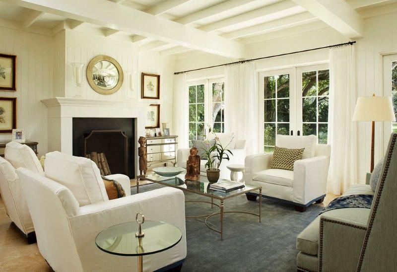 Balta viesistaba mūsdienu neoklasicisma stilā