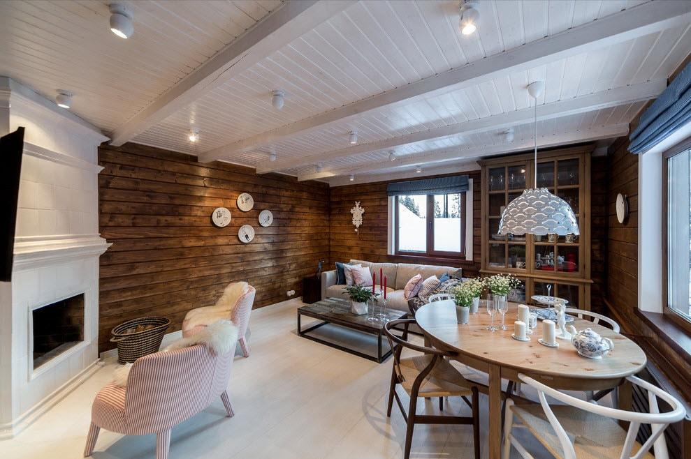Plafond en bois blanc dans la cuisine d'une maison de campagne