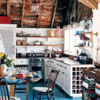 Table à manger ronde dans la cuisine de style campagnard