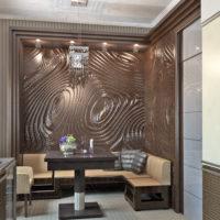 Image en relief sur le mur près de la table à manger