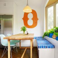 Table dans un style moderne dans la cuisine d'une maison privée